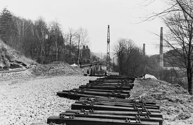Vorbereitungen zum Errichten der Behelfsbrücke am alten Hainersdorfer Viadukt.