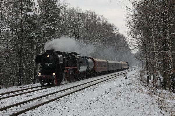 """"""" Sächsische Schweiz Rundfahrt """" am 28.11.10 der Ostsächsischen Eisenbahnfreunde. Das erste Foto der Sonderfahrt stammt diesmal aus der Dresdner Heide. Michael Hube fotografierte den Zug am zeitigen Morgen."""