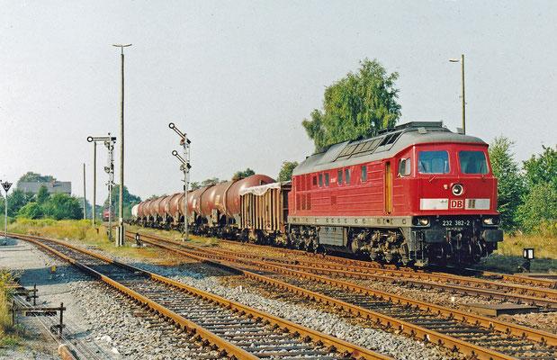 232 382 mit Elbtal-Umleiter-Güterzug hat Ausfahrt in Dürrröhrsdorf nach Arnsdorf. Heute wäre dies nicht mehr möglich, es fehlen 2 Weichen. Eine davon in Arnsdorf.