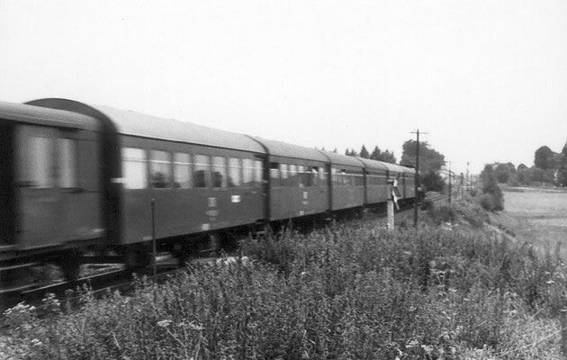 Eine typische DR-Garnitur der 70ér Jahre. In Langenwolmsdorf kurz vor dem Einfahrtssignal Richtung Stolpen gelang dem Fotografen dieser Nachschuss auf den Zug mit V100 an der Spitze. 1972, Foto: Dieter Wustmann