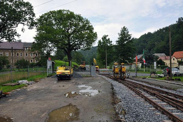 Blick aus dem Bahnhof Lohsdorf Richtung Hohnstein. Das Tor wird erneut umgebaut, da sich die rechte Seite nun wegen der Weichenlaterne nicht mehr öffnen lässt. 05.08.11