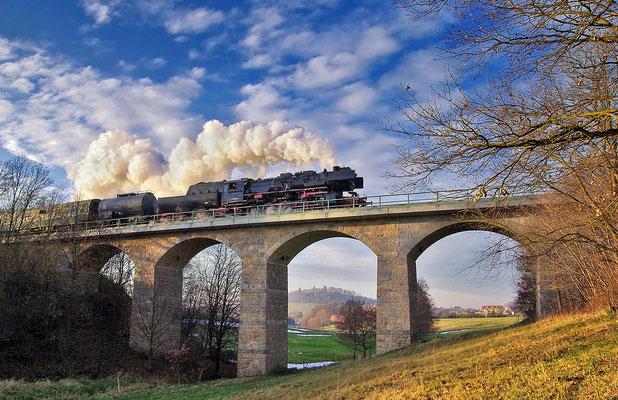 Adventsrundfahrt der OSEF durch die Sächsische Schweiz, hier der Zug bei Langenwolmsdorf ( Pirna - Neustadt,  ca. 10 min. von Neustadt entfernt ), im Hintergrund die Burg Stolpen, November 2008