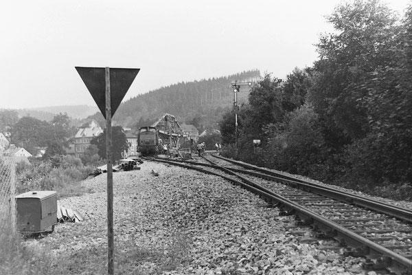 Am Einfahrtssignal nach Sebnitz, links zweigt das Gleis auf die Behelfsbrücke ab, 1984.