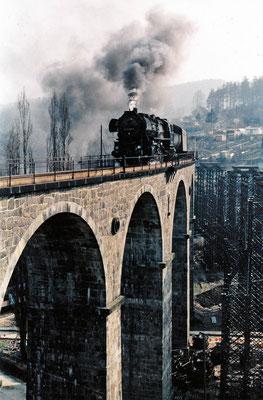 Personenzug mit Reko 52 von Bad Schandau in Richtung Bautzen auf dem Sebnitzer Stadtviadukt. 1984, Foto: Archiv Sven Kasperzek.