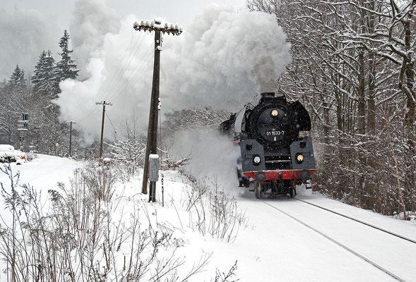 In der Steigung zwischen Putzkau und Neukirch zeigt die Maschine im Schneegestöber eindrucksvoll was in ihr steckt, Februar 2009.