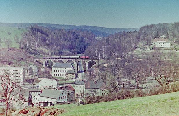Eine typische Reichsbahn-Garnitur der 80 Jahre mit V100 auf dem Hainersdorfer Viadukt mit Personenzug von Bad Schandau nach Bautzen.