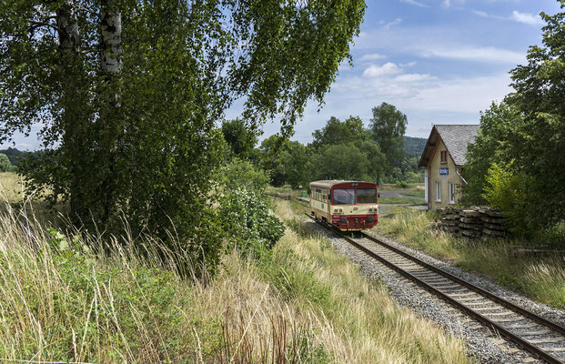 810 668-4 Mikulášovice - Rumburk verlässt die Bahnstation von Brtníky, 01.07.18