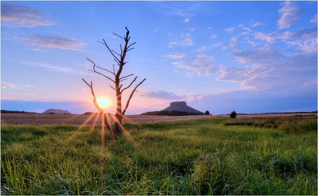 Wilder Westen oder Wilder Osten? Bei dieser Aufnahme könnte man sich genau so gut wie im Land der Indianer fühlen... Sonnenuntergang bei Gohrisch, am Horizont der Lilienstein. ISO 100, 12mm, f/16.0, 1/15sek. (Cokin Grauverlauf).