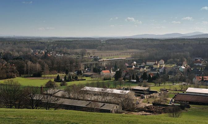 Oster-Sonderzug mit 118 552 Löbau-Hosena. Hier am Morgen des 04.04.15 auf dem Viadukt in Demitz-Thumitz.