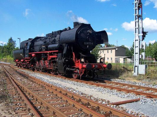 Im September 2004 kam die 52 8177-9 der Dampflokfreunde Berlin e.V. auf die Sebnitztalbahn. Hier in Neustadt, September 2004