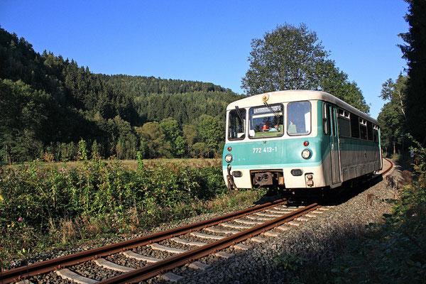 Langsam wird es Herbst im Sebnitztal, Sonderzug mit Ferkeltaxe der OSEF kurz vor Goßdorf-Kohlmühle, 18.09.2009, Foto: Jürgen Vogel