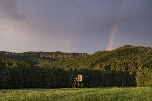 Aufziehende Unwetterfront mit Regenbogenbildung während eines Sonnenaufgangs am Panoramaweg bei Mittelndorf. ISO 200, 33mm, f/4.0, 1/105sek.