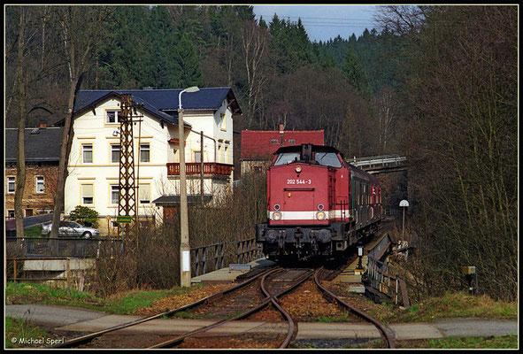 Die Görlitzer 202 544 poltert mit ihrer RegionalBahn nach Bad Schandau am 1. April 2001 über die Sebnitzbrücke an der Einfahrt des Bf.Ulbersdorf. Foto: Archiv Michael Sperl