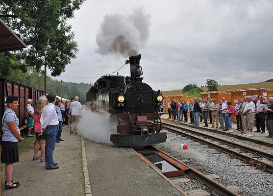 Der erste Zug rollt in den Bahnhof Lohsdorf, festgehalten von vielen Foto - und Filmkameras und bestaunt von der Lohsdorfer Bevölkerung. 27.08.2011