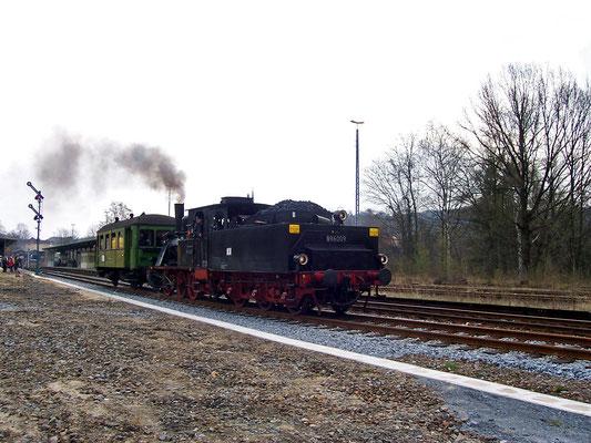 Ausfahrt frei für BR 89 6009 in Sebnitz Richtung Bad Schandau, mit nur einem Wagen hatte sie im Sebnitztal leichtes Spiel, 22.04.2006