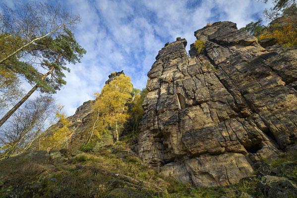 Unterwegs im Bielatal. Unterhalb der Dürre Biela Nadel fällt beim Blick nach oben die Zerbrechlichkeit der Felsen ins Auge. ISO 50, 15mm, f/9.0, 2 Sek. (Haida Grauverlauf).