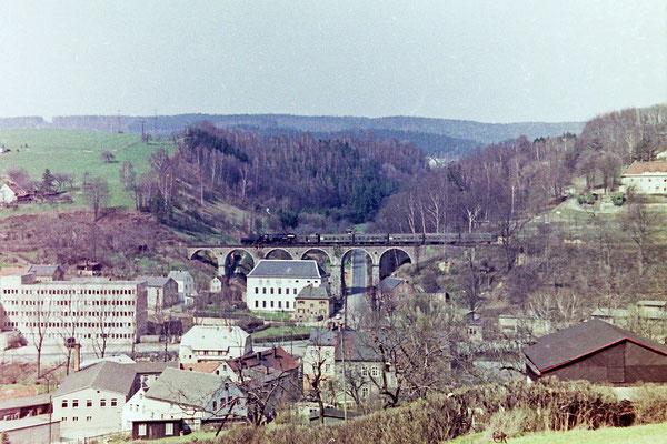 Als die Dampfloks ihr letztes Gnadenbrot verdienten... Ein von Bautzen kommender Personenzug (hier noch mit Packwagen) auf dem Hainersdorfer Viadukt Richtung Bad Schandau.