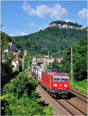 180 018 von DB Cargo mit Güterzug in Königstein, Juni 2012.