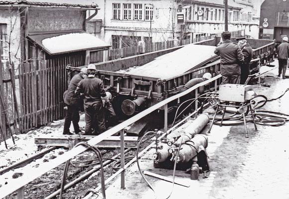 Verunfallter Güterwagen im Werksgelände von ABUS (Arbeitsmittel für Bergbau und Schwerindustrie) Sebnitz. Eine V 100 mit Hilfszug eilte zur Hilfe.