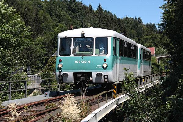 Sonderzug auf der Sebnitztalbahn ( Ferkeltaxe der OSEF ), auf der Bachüberquerung vor Ulbersdorf, 13.06.09, Foto: Jürgen Vogel