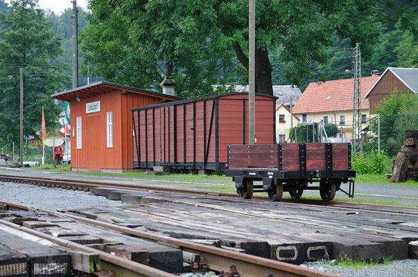 Ebenfalls ein Eigenbau der Schwarzbachbahner. Der kleine handgebremste Rottenwagen wird künftig für Gleisbauaktivitäten sehr nützlich sein. 05.08.11