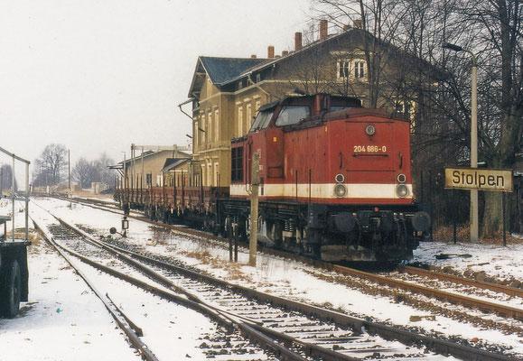 204 686 mit kurzem Güterzug in Stolpen Richtung Neustadt.