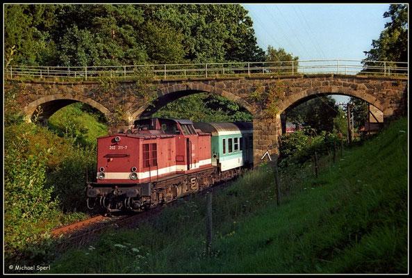 202 311 verlässt mit ihrer Regionalbahn den Hp.Krumhermsdorf am 16. August 2000 in Richtung Neustadt/Sachsen. Foto: Archiv Michael Sperl