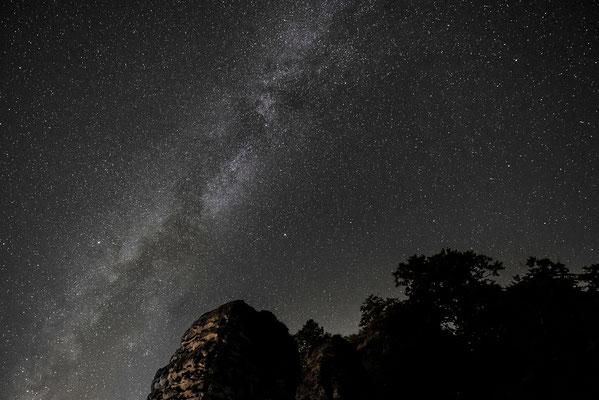 Sternenfotografie auf der Bastei. Schauen und genießen, der Blick in die Milchstraße ist Atemberaubend. ISO 6400, 15mm, f/2.8, 8 Sek.
