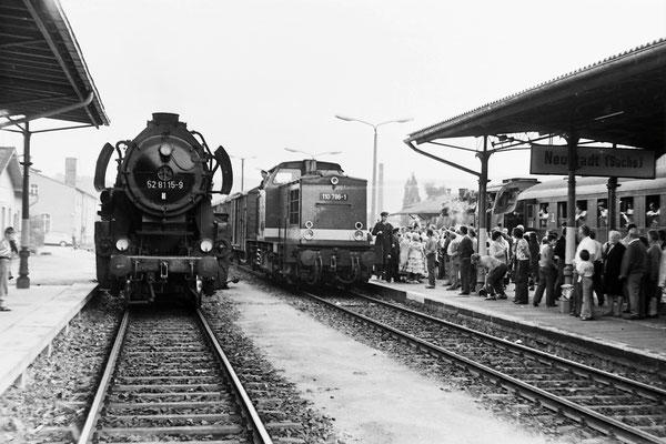 Volle Hütte auf dem Neustädter Bahnhof. 86 1333 ist mit einem Sonderzug eingetroffen, 110 786 rangiert einen Güterzug zusammen, links 52 8115 mit Planleistung(?) Bautzen-Bad Schandau.