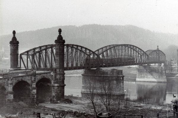 Nach dem Abriss, der Zugverkehr rollt noch über die verbliebene alte Brücke. Doch bald ist in Rathmannsdorf Endstation und die neue Brücke kann gebaut werden.  Sommer 1986, Foto: Archiv Sven Kasperzek.