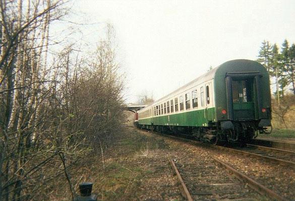 Eine Regionalbahn von Neustadt nach Bautzen hat hier Ausfahrt in Oberottendorf. 1999, Foto: Pierre Güttler
