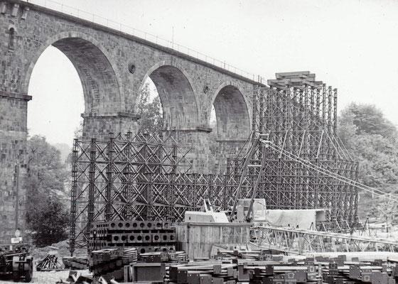 Bau der Behelfsbrücke am Sebnitzer Stadtviadukt, eine beeindruckende Konstruktion entsteht. 1984, Foto: Archiv Sven Kasperzek.