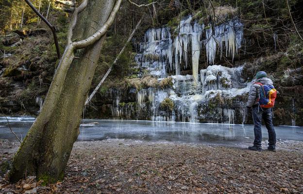 Eisfall im Polenztal, sogar die Oberfläche der Polenz ist gefroren. ISO 200, 15mm, f/6.3, 1/40sek.