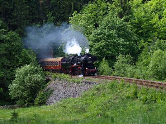 Der gleiche Standpunkt am Tunnel 3 nahe Ulbersdorf nur ein Tag später, 52 8080-5 donnert aus dem Tunnel, Foto: Friedemann Riebe
