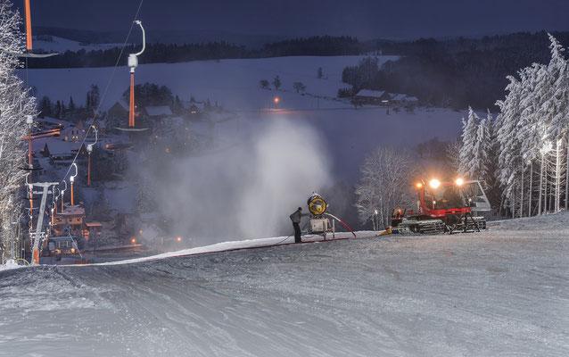 Winter auf dem Skihang in Rugiswalde. Am Abend des 16.12.18 wird die Piste für den nächsten Tag präpariert.