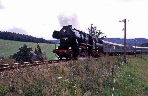 Als die Züge noch bis Bautzen fuhren - 52 8141-5 mit Schubhilfe von 204 der KEG kurz nach der Ausfahrt in Neustadt bei Langburkersdorf, 1998