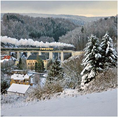 Adventssonderfahrt der OSEF auf dem Sächsische Schweiz Ring. Hier auf dem Viadukt bei Amtshainersdorf, es war die letzte Fahrt der 52 8080 auf dieser Strecke. 02.12.2012