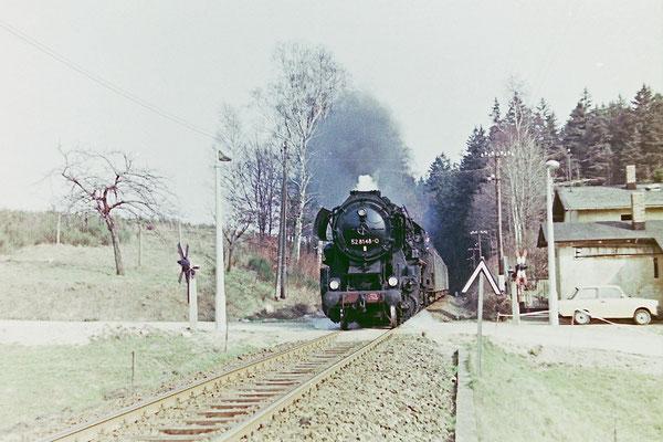 52 8148 mit Planleistung am Personenzug von Bad Schandau nach Bautzen am BÜ Nassweg (zwischen Sebnitz & Krumhermsdorf).