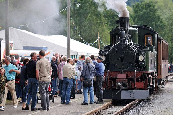 Blick aufs Festgelände, die Begeisterung am Zug war ungebrochen - jeder wollte eine Mitfahrt erhaschen und die IV K war im Dauerstress. 28.08.2011