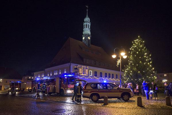 Doch zunächst gibt es den traditionellen Einsatz der FFW Neustadt, es gilt den Weihnachtsmann zu bergen und anschließend aus seinem Tiefschlaf zu erwecken. 01.12.18