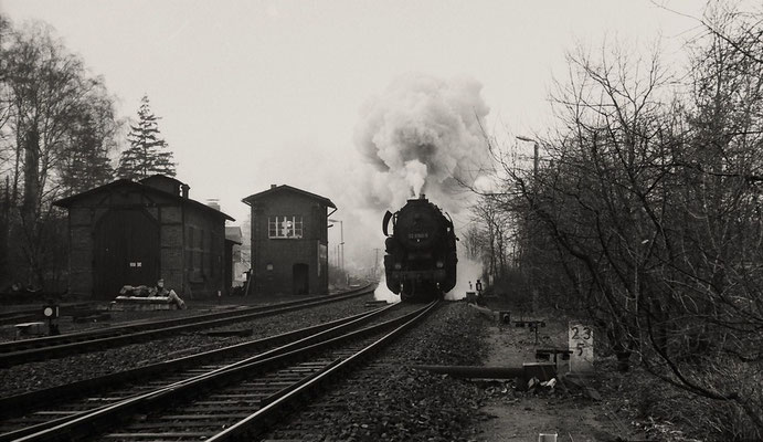 Der Ng 65277 aus Bischofswerda durchfährt ohne Halt den Bahnhof Neukirch-West . Zuglok 52 8160 . ----Herbst 1986. Foto: Lutz Morgenstern