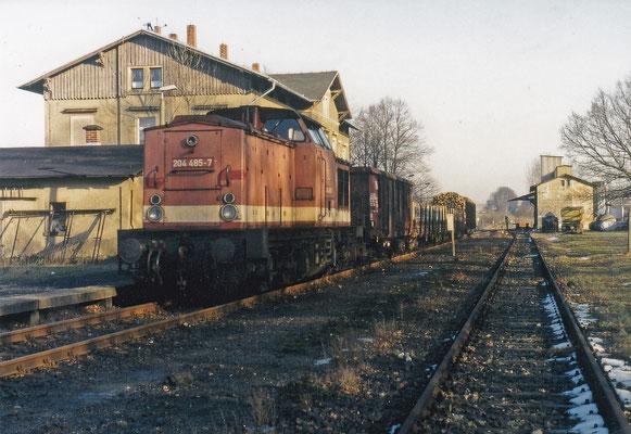 204 485 mit kurzem gemischten Güterzug in Stolpen.