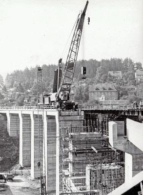 V100 mit Eisenbahndrehkran beim Bau des eines neuen Stützpfeilers des Sebnitzer Stadtviaduktes. Foto: Archiv Sven Kasperzek.
