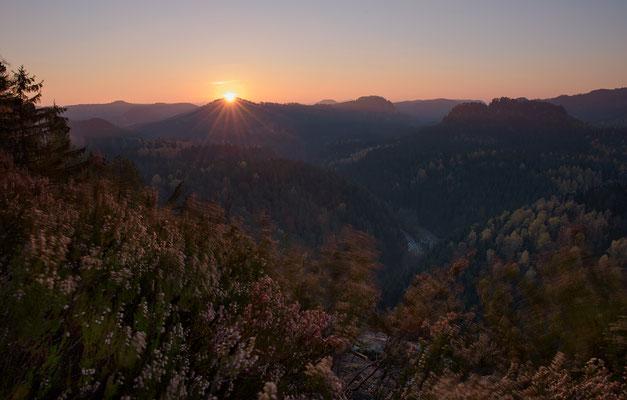 Sonnenaufgang und heftiger Wind an der Großsteinkanzel hoch über dem Kirnitzschtal. ISO 50, 24mm, f/13.0, 1/6sek. (Polfilter).