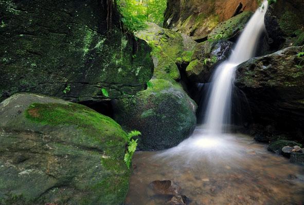 Kleiner Wasserfall oberhalb des Amselfalls nahe Rathen. ISO 100, 11mm, f/13.0, 2 Sek. (Polfilter).