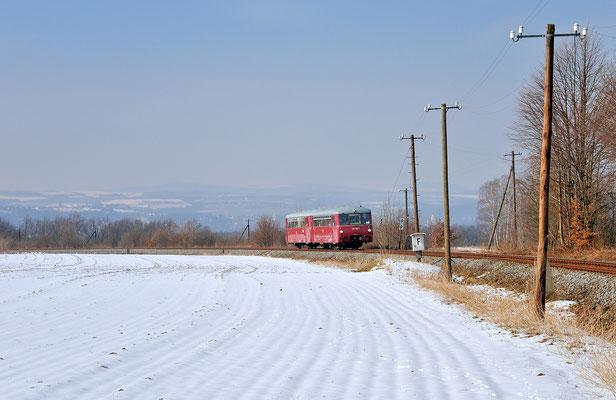 172 132-3 hat Pirna im Elbtal hinter sich gelassen und strebt hier in der Steigung bei Lohmen seinem Zwischenstopp in Neustadt/Sachsen entgegen. 23.03.2013