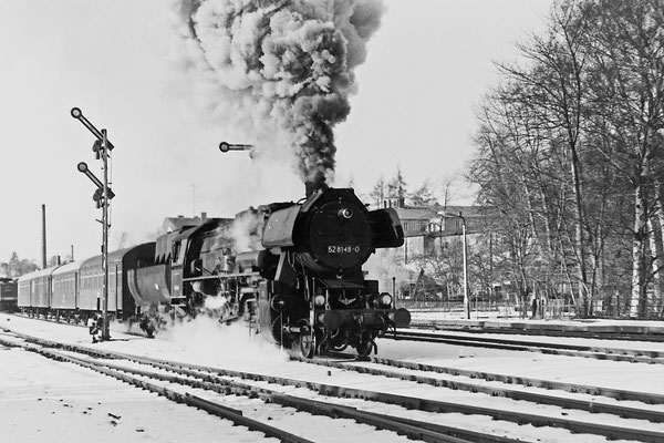 Schnee, Sonne, Kälte und mächtig Dampf. Es muss ein tolles Schauspiel gewesen sein... 52 8148 mit Planleistung am Personenzug von Bad Schandau nach Bautzen.