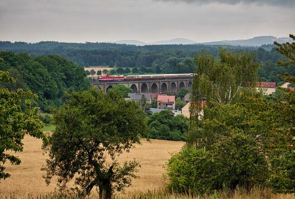 Wenig später erreicht der Zug das Viadukt bei Demitz-Thumitz. 14.07.19