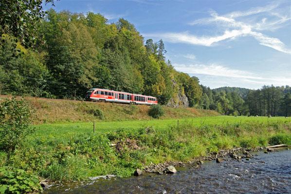 Unterhalb des alten Goßdorfer Raubschlosses zwischen Goßdorf-Kohlmühle & Mittelndorf bietet sich dieser schöne Blick auf die Strecke, 27.09.09