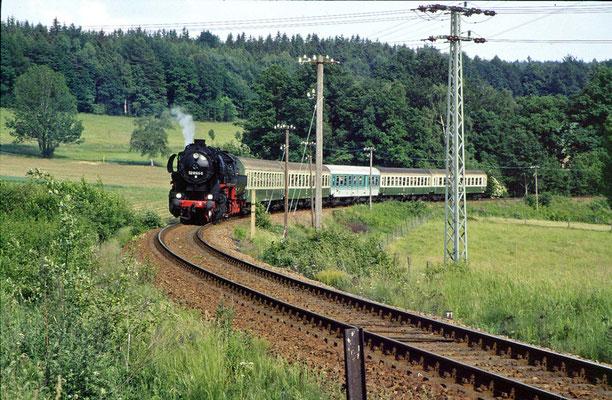 52 8141-5 der OSEF mit nicht ganz Stilreinem Sonderzug bei Krumhermsdorf, 1997